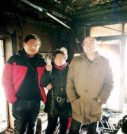 房子烧成废墟这家人却笑着合影人都在家就在